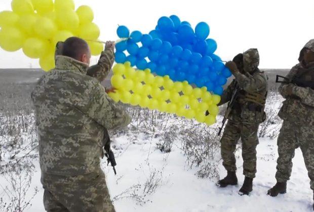 военные на Донбассе запустили в небо желто-голубой флаг из воздушных шаров