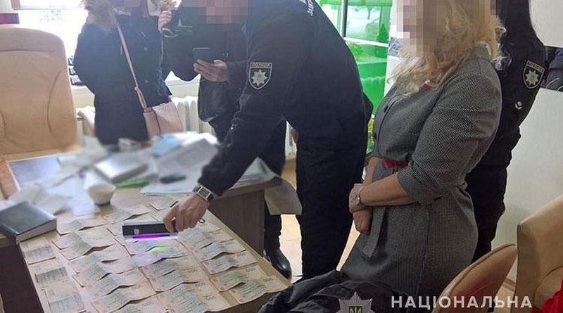 На Луганщині затримали керівницю комунальних аптек за хабарі