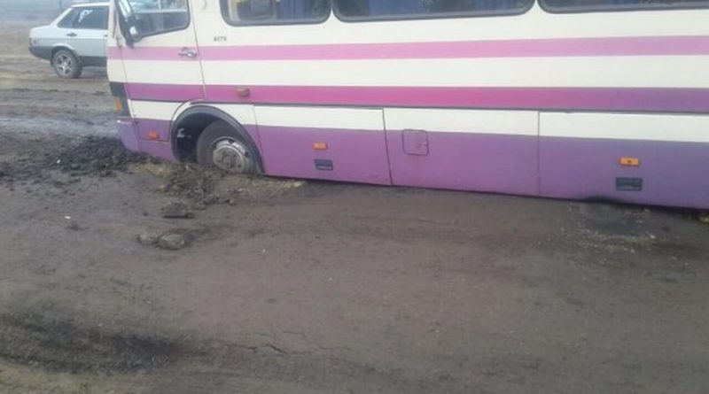 рейсовый автобус ушел под асфальт