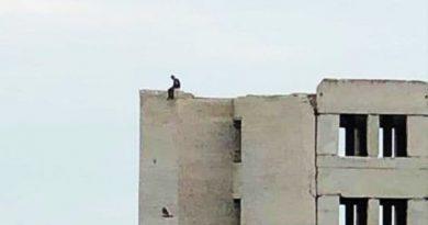 На Луганщині поліція врятувала людину на даху